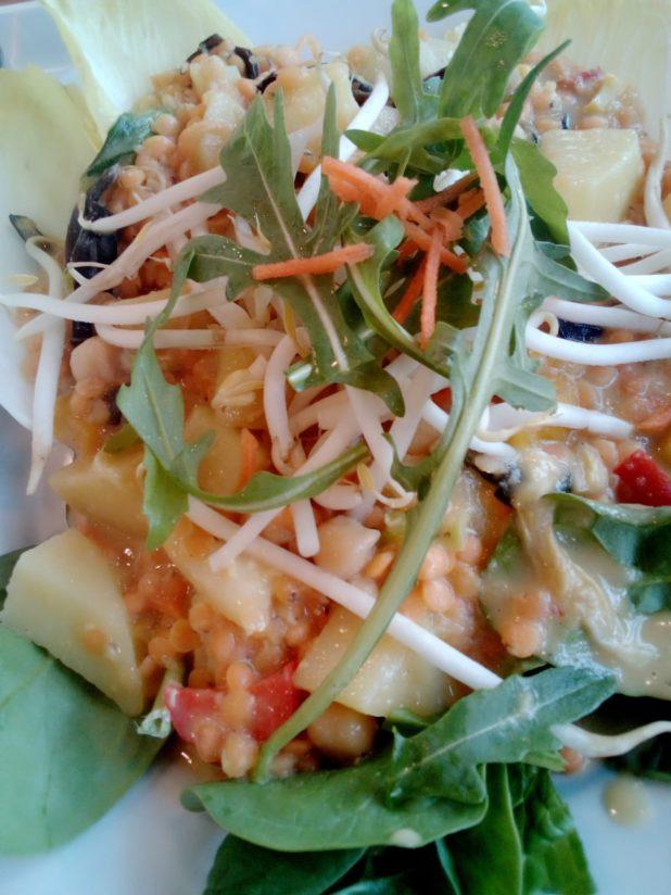 Gemüsecurry mit Linsen und Kartoffeln, Tofu sowie Minzedip, Koriander und Zitronen-dressing