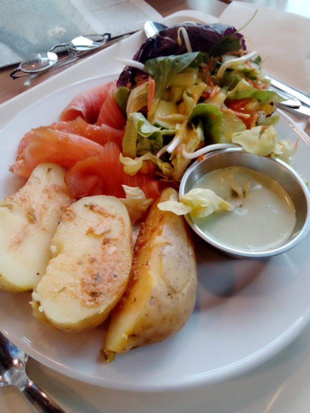 Räucherlachs mit Meeretichschmand und Ofenkartoffeln, Kopfsalat samt Zitronendressing