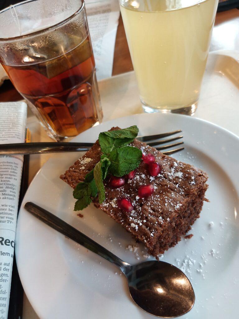 Bio Earl Grey und Schokokuchen mit Granatapfelkernen und Minze