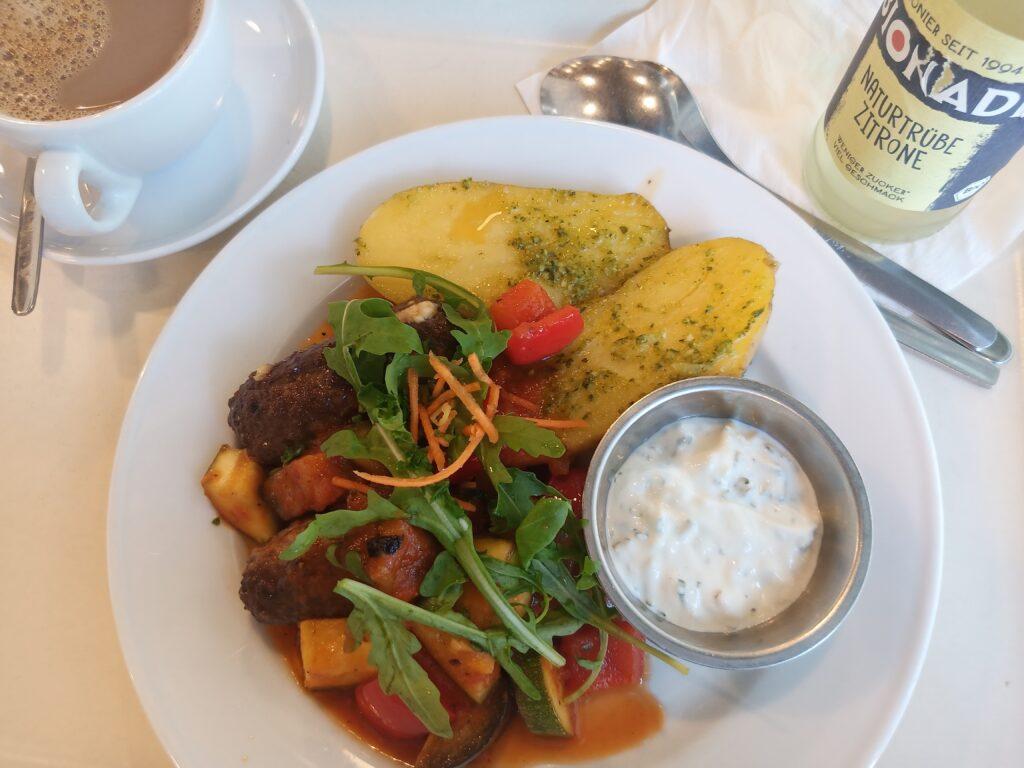 Bifteki mit Seele aus Feta, Ofenkartoffeln, hausgemachtes ZaZiki, Ratatouille-Gemüse